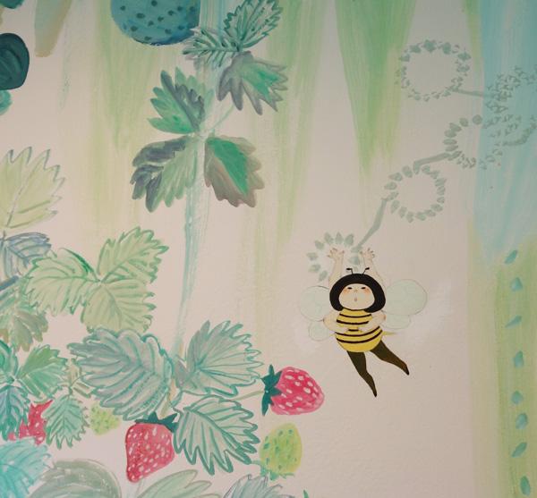 トイレの壁画もイチゴ色