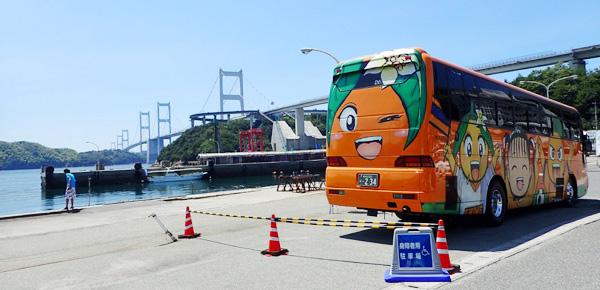 来島海峡大橋と愛媛FCのバス