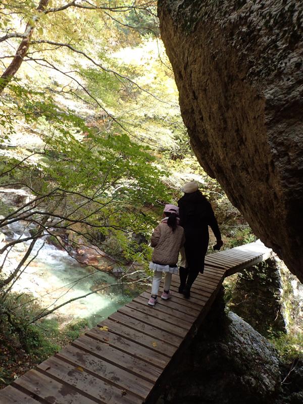 小田深山渓谷の岩と橋